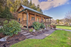 Cozy Country Cabin w/Deck - 15 Mins to Asheville!