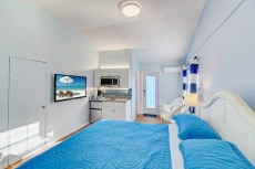 POOL VIEW Walk to beach King bed SPECIALS V5
