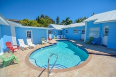 POOL VIEW Walk to Beach King bed SPECIALS V2